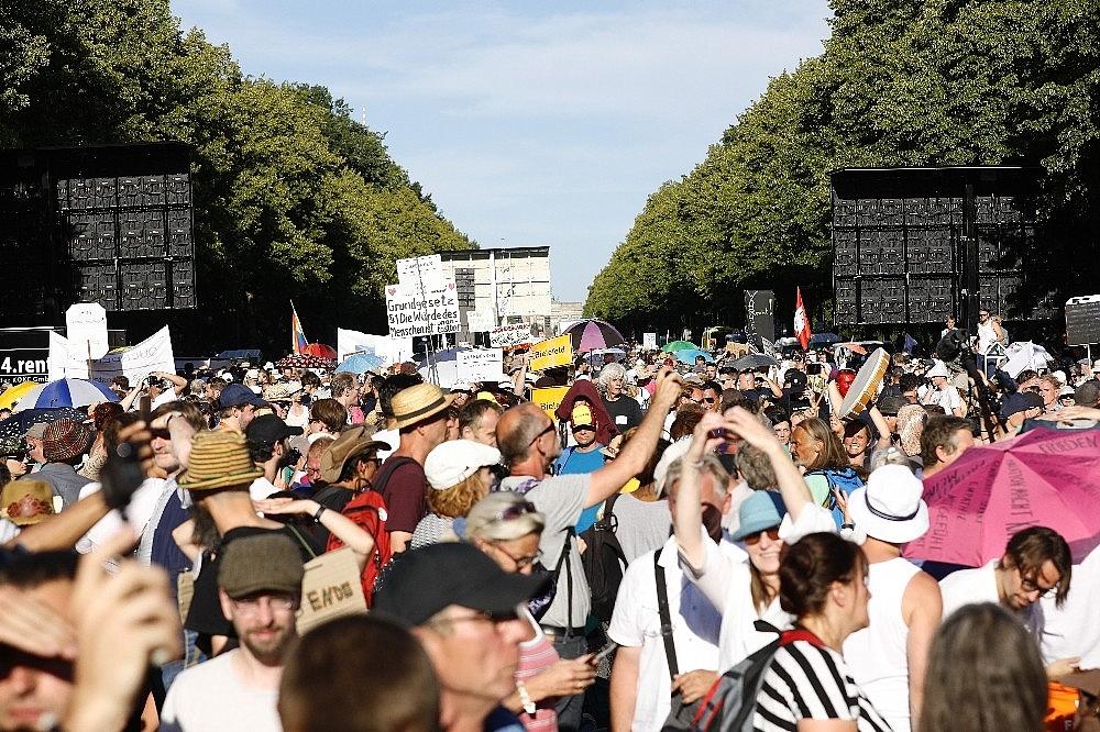 2020/08/berlinde-covid-19-kisitlamalari-protesto-edildi-20200801AW08-2.jpg