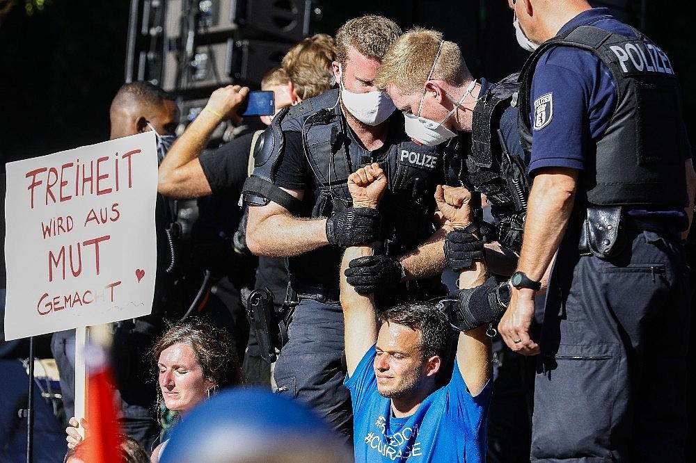 2020/08/berlinde-covid-19-kisitlamalari-protesto-edildi-20200801AW08-3.jpg