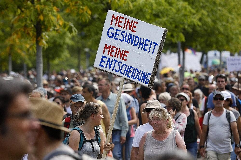 2020/08/berlinde-covid-19-kisitlamalari-protesto-edildi-20200801AW08-4.jpg