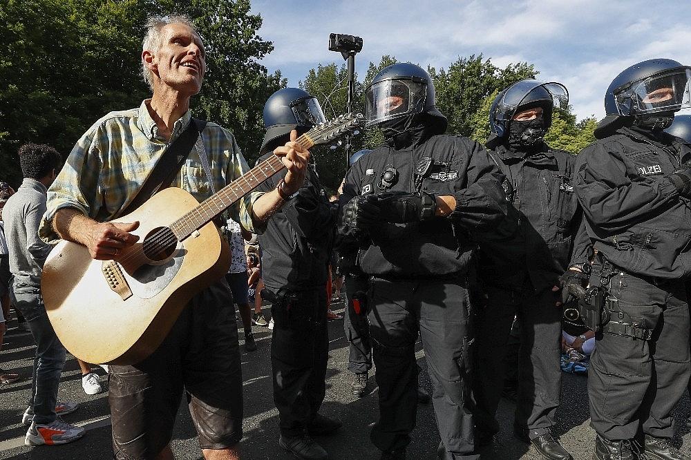2020/08/berlinde-covid-19-kisitlamalari-protesto-edildi-20200801AW08-8.jpg