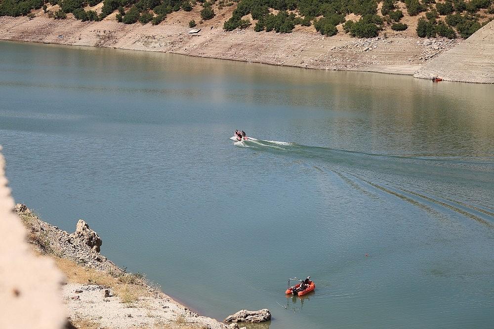 2020/08/kayip-gulistan-baraj-golunde-didik-didik-araniyor-20200808AW08-3.jpg