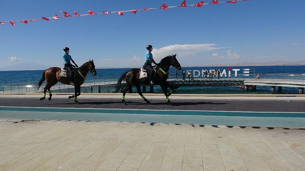 2020/08/van-golu-sahilleri-atli-birliklere-emanet-20200806AW08-4.jpg