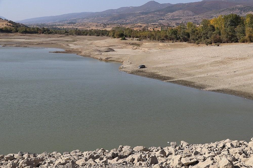 2020/10/amasyada-barajlardaki-su-miktari-dip-yapti-baliklar-oluyor-20201016AW14-2.jpg