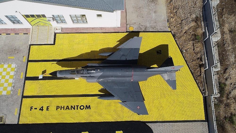2020/10/bir-boeing-737-400-ve-f4-fantom-savas-ucagi-olan-okul-simdi-helikopter-bekliyor-20201024AW14-2.jpg