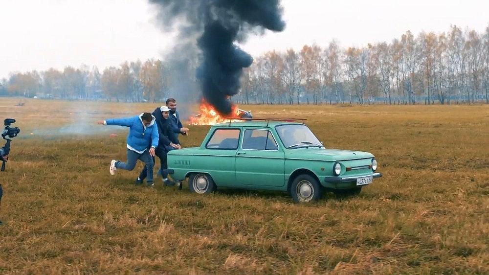 2020/10/rus-sosyal-medya-fenomeni-luks-aracini-benzin-dokerek-yakti-20201026AW14-2.jpg