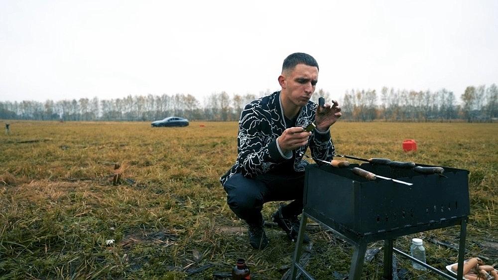 2020/10/rus-sosyal-medya-fenomeni-luks-aracini-benzin-dokerek-yakti-20201026AW14-3.jpg