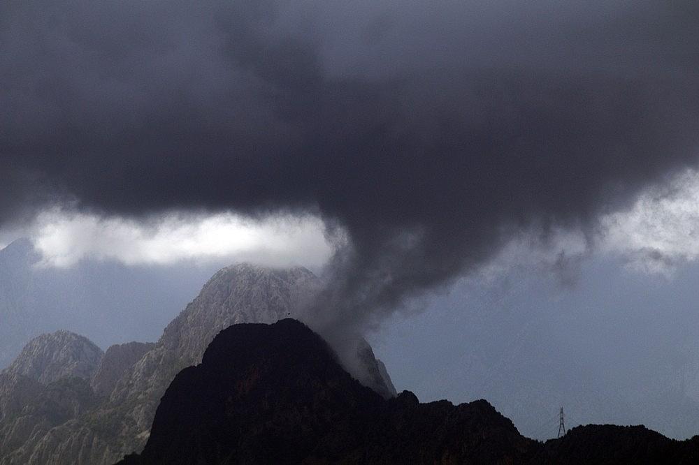 2020/10/ruzgar-ve-yagmur-bulutlari-dunyaca-unlu-sahili-bosaltti-20201029AW15-2.jpg