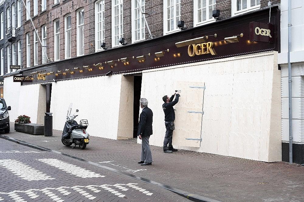 2021/01/amsterdamda-unlu-magazalardan-yagmalara-karsi-beton-ve-tahta-plakali-onlem-20210129AW22-1.jpg