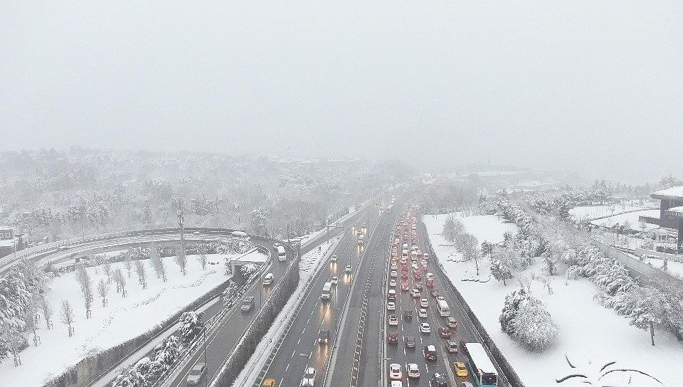 2021/02/15-temmuz-sehitler-koprusunde-kar-ve-kisitlama-sonrasindaki-trafik-havadan-goruntulendi-20210215AW24-2.jpg
