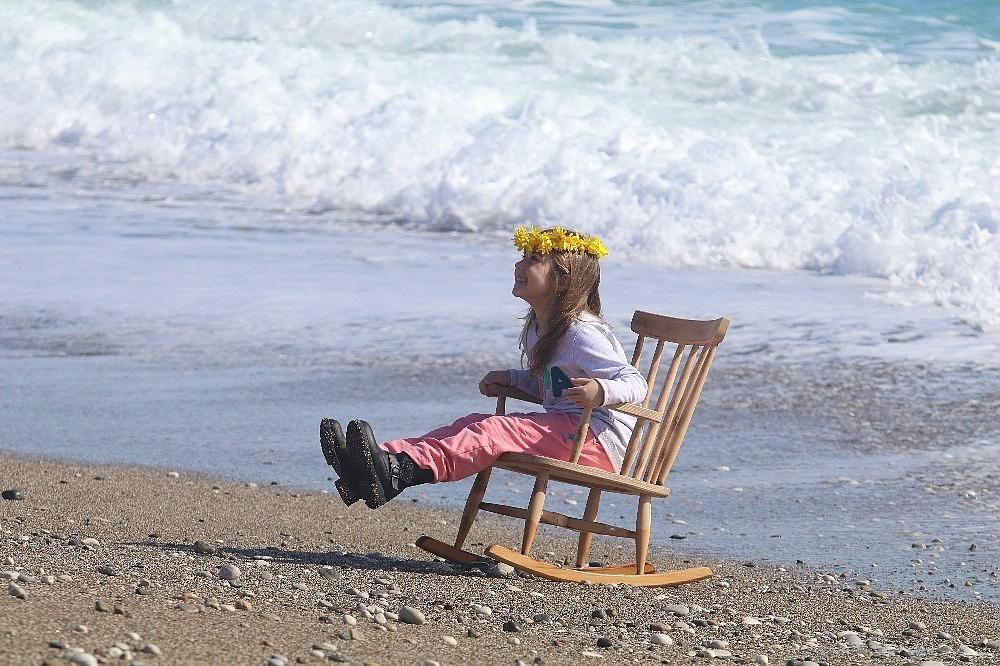 2021/02/antalyada-karla-kapli-daglarin-golgesinde-turistlerin-deniz-keyfi-20210131AW23-8.jpg