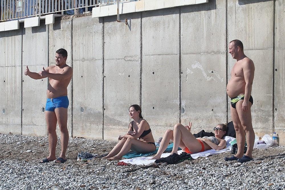2021/02/antalyada-karla-kapli-daglarin-golgesinde-turistlerin-deniz-keyfi-20210131AW23-9.jpg