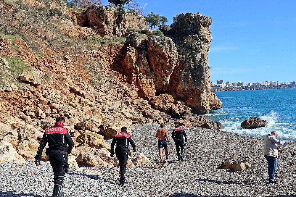 2021/02/rus-turist-falezlerde-temizlik-personeli-ise-sahilde-silah-buldu-20210131AW23-6.jpg