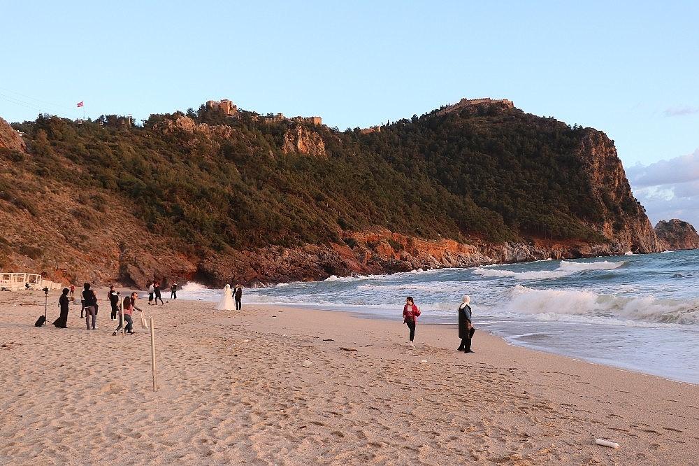 2021/03/sahilde-ayaklara-yapisan-zift-saskina-cevirdi-20210319AW27-4.jpg