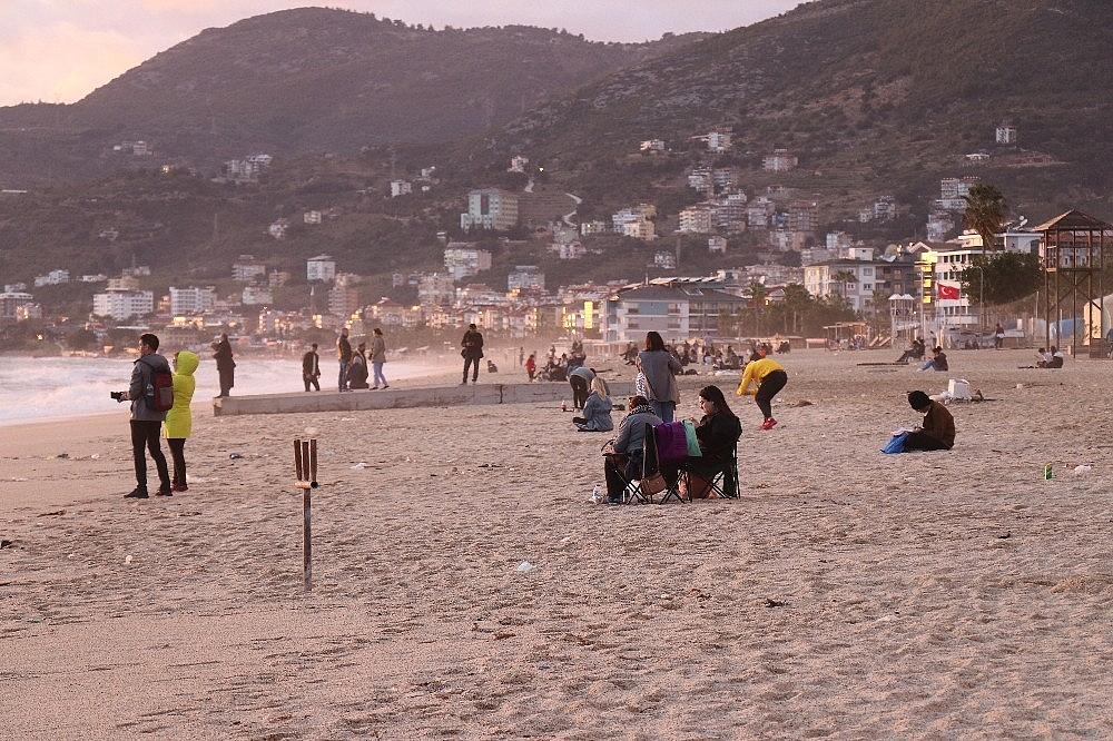 2021/03/sahilde-ayaklara-yapisan-zift-saskina-cevirdi-20210319AW27-5.jpg