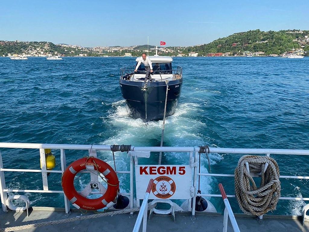 2021/05/istanbul-bogazinda-arizalanan-tekneyi-kiyi-emniyet-kurtardi-20210524AW32-1.jpg