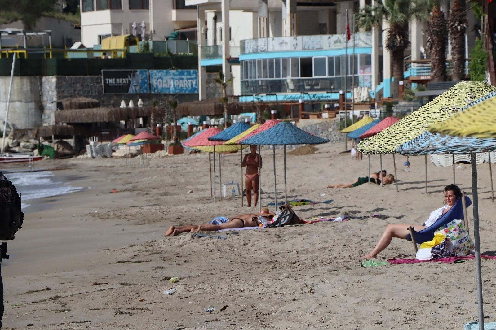 2021/05/kusadasinda-turistler-sahile-akin-etti-20210506AW31-1.jpg