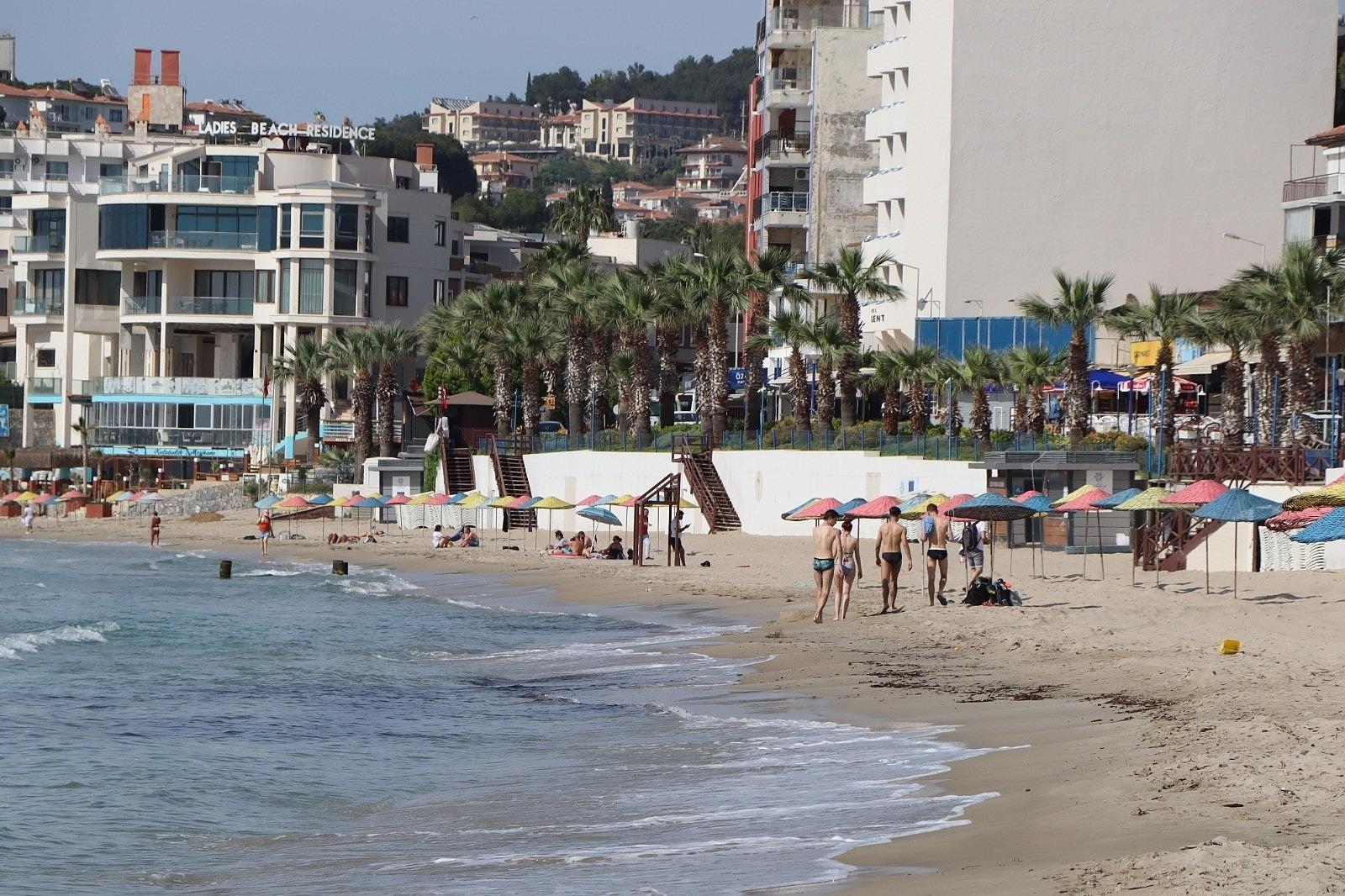 2021/05/kusadasinda-turistler-sahile-akin-etti-20210506AW31-4.jpg