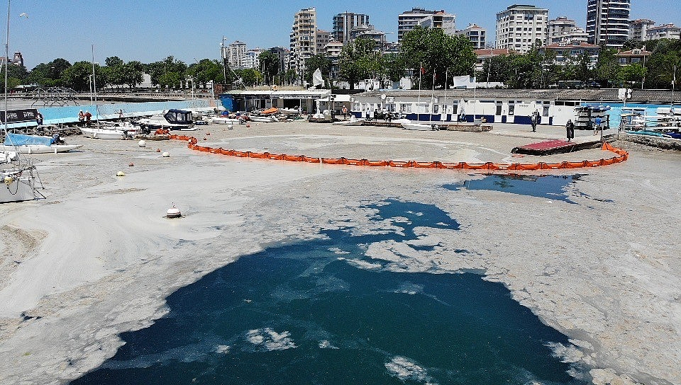 2021/06/caddebostan-sahilinde-deniz-salyasi-temizligi-20210606AW33-2.jpg