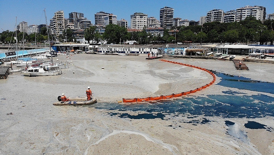 2021/06/caddebostan-sahilinde-deniz-salyasi-temizligi-20210606AW33-3.jpg
