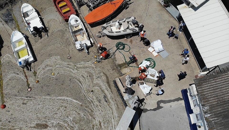 2021/06/caddebostan-sahilinde-deniz-salyasi-temizligi-20210606AW33-4.jpg