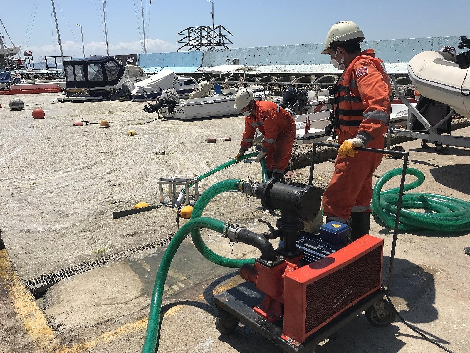 2021/06/caddebostan-sahilinde-deniz-salyasi-temizligi-20210606AW33-5.jpg