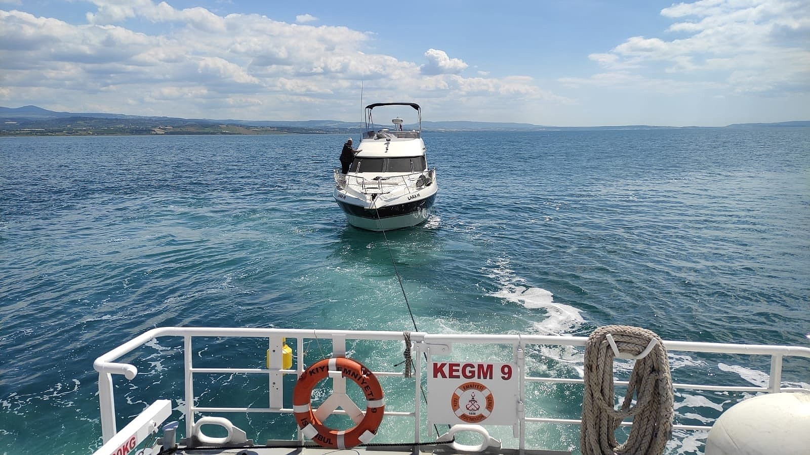 2021/06/canakkale-bogazinda-arizalanan-tekneye-kegm-mudahale-etti-20210604AW33-1.jpg