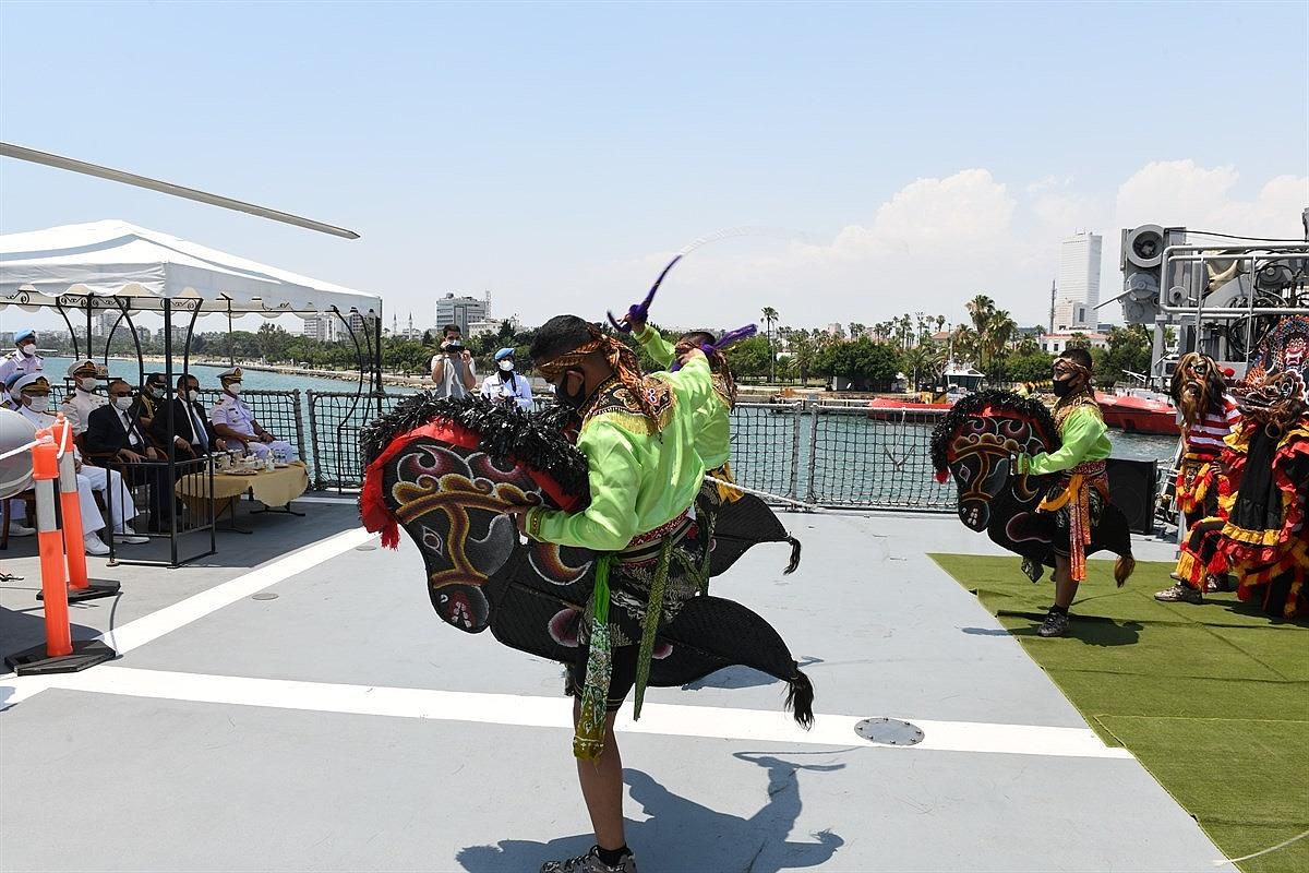 2021/06/endonezyaya-ait-iskender-muda-367-savas-gemisi-mersinde-20210610AW34-3.jpg