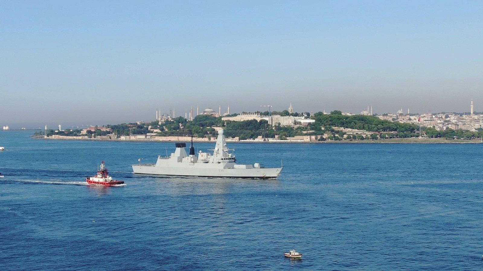2021/06/ingiliz-savas-gemisi-sarayburnuna-demirledi-20210609AW34-2.jpg