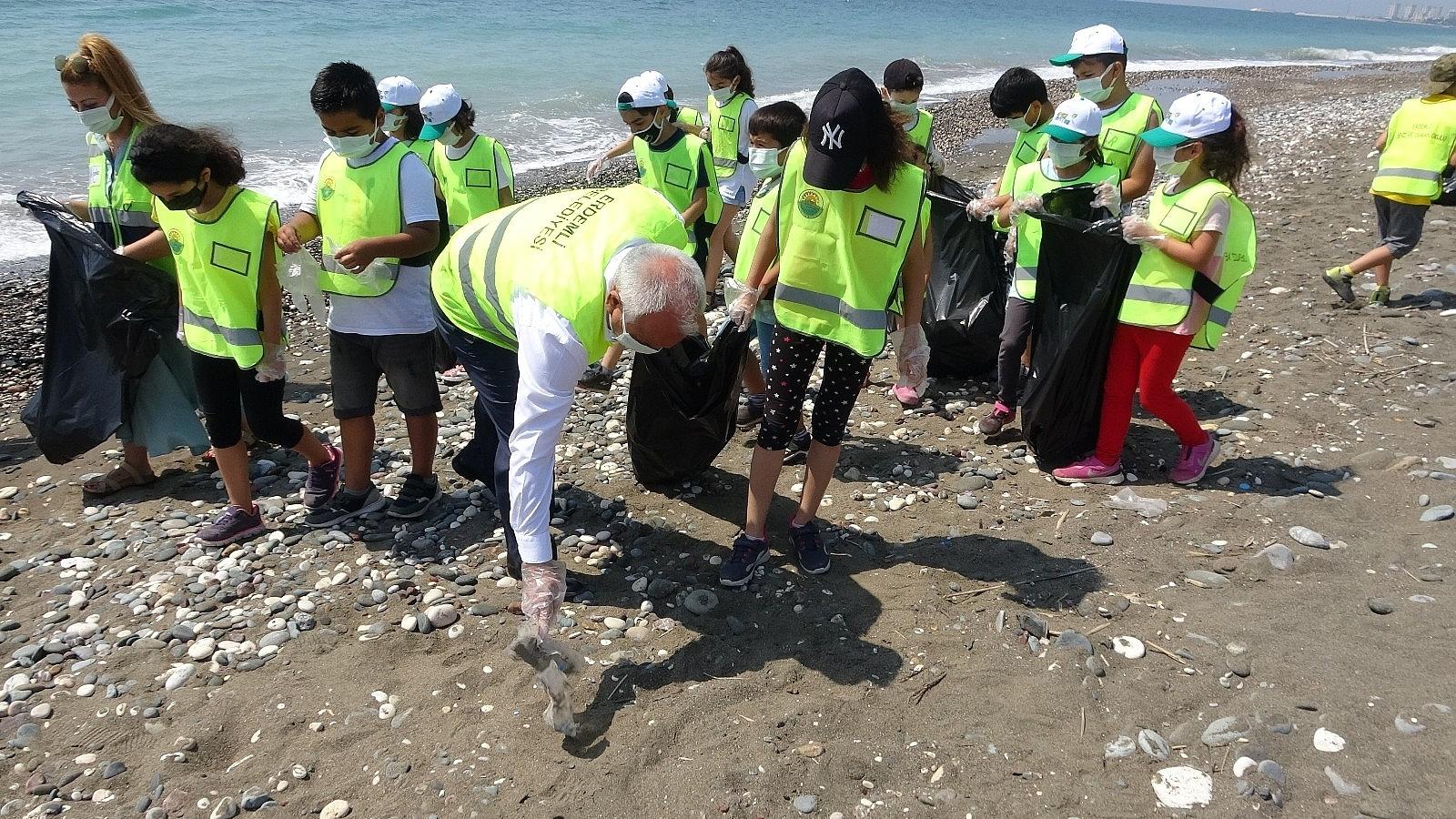 2021/06/mersinde-deniz-kaplumbagalari-ureme-alaninda-sahil-temizligi-20210610AW34-3.jpg