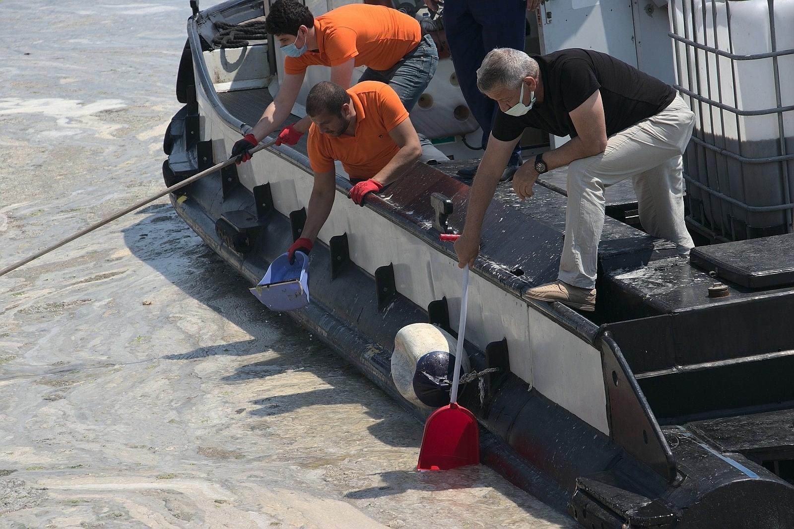 2021/06/vatandas-kureklerle-deniz-salyasi-temizledi-20210606AW33-1.jpg