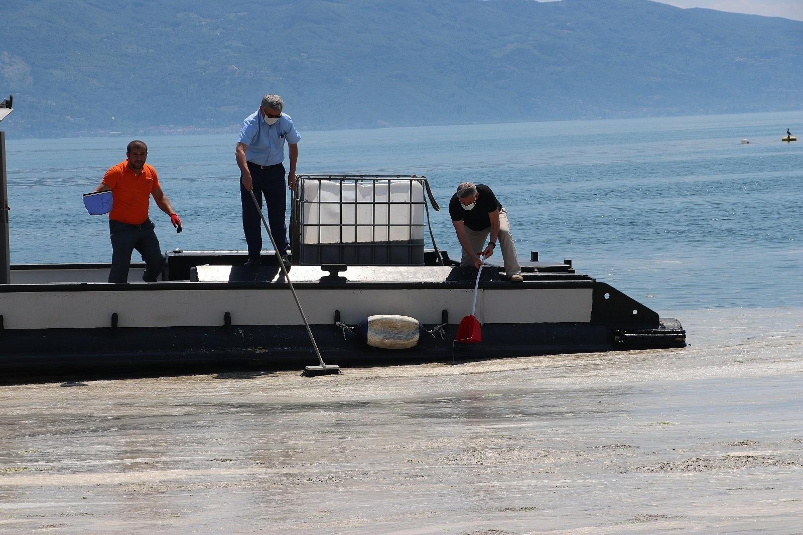 2021/06/vatandas-kureklerle-deniz-salyasi-temizledi-20210606AW33-3.jpg