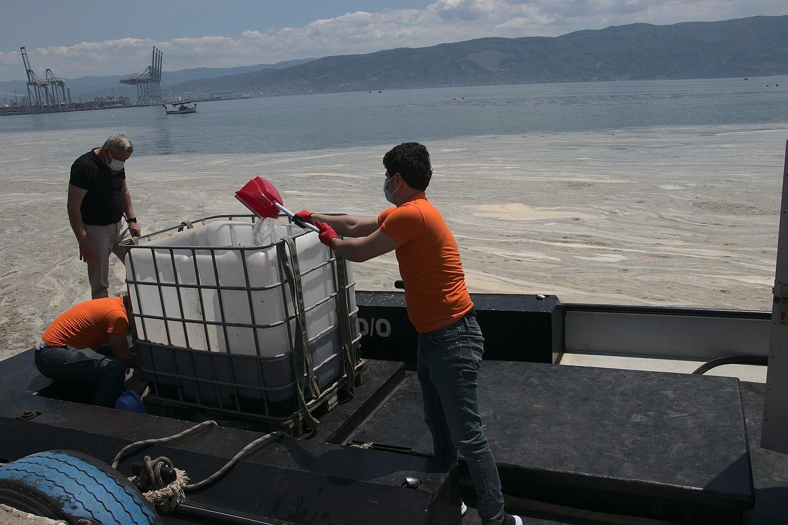 2021/06/vatandas-kureklerle-deniz-salyasi-temizledi-20210606AW33-6.jpg