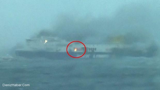 478 yolcuyla denizin ortasında yanıyor