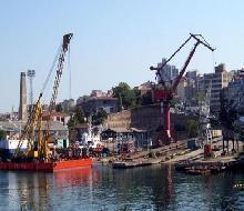 Cide'de arızalanan gemi İnebolu'da onarılacak