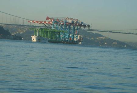 Dev Vinç gemisi köprüyü teğet geçti!