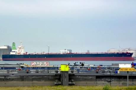 Dev VLCC'yi Limanda Tutukladılar