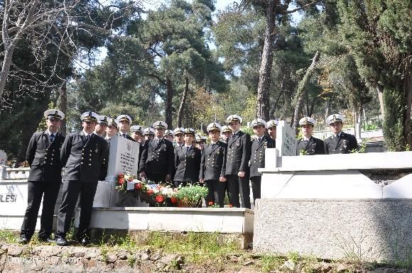 Denizcilik Fakültesi Öğrencileri Hamit Naci'nin Mezarını Ziyaret Etti