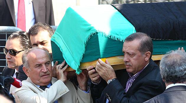 Annesinin naşı Erdoğan'ın Omuzlarında