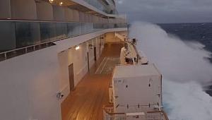 Kruvaziyer gemisi Norwegian Breakaway 3 gün boyunca dalgalarla mücadele etti