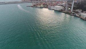Turkuaz rengine bürünen İstanbul Boğazı hayran bıraktı
