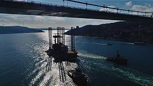 Dev petrol platformunun boğazdan geçişi havadan görüntülendi