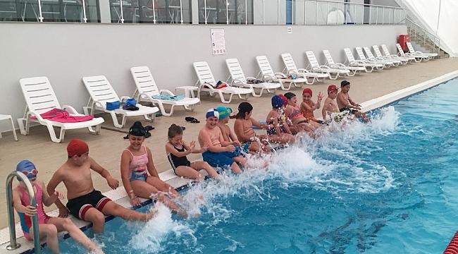 İzmitli öğrenciler yüzme öğreniyor