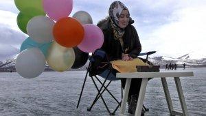 Buz tutan Çıldır gölünde doğum günü kutlayıp horon teptiler