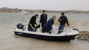 """""""Frig Vadisi Turizmini Geliştirme Projesi"""" kapsamında Emre Gölü'ne tekne bırakıldı"""