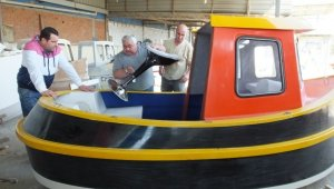 Burhaniye'de 40 yıllık tekne ustası mini tugboat yapımına başladı
