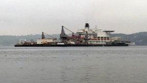 Dünyanın en büyük inşaat gemisi Pioneering Spirit, İstanbul Boğazı'ndan geçiyor