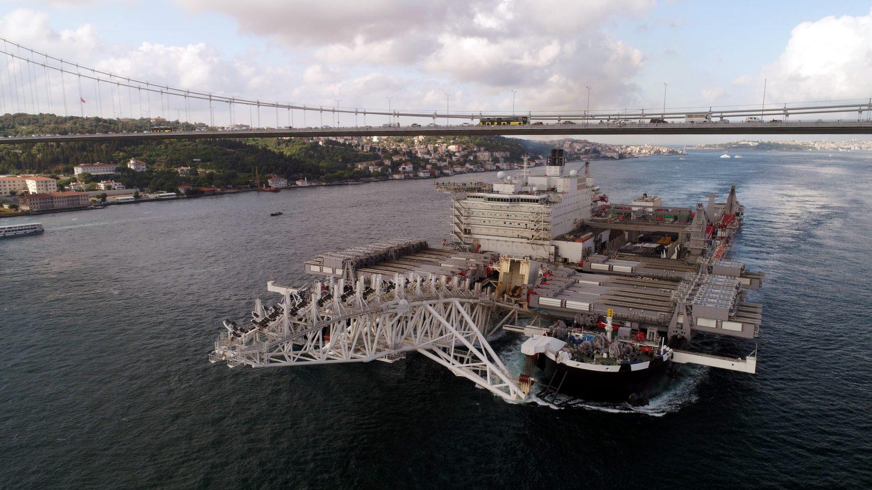 Dünyanın en büyük inşaat gemisi Pioneering Spirit, İstanbul Boğazı'ndan geçişi havadan görüntülendi