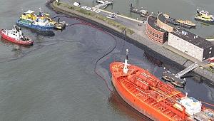 Hollanda'da çevre felaketi: Bow Jubail adlı tanker yanaşırken rıhtıma çarptı