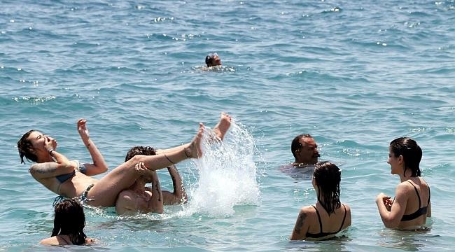 Seçimin yorgunluğunu denizde attılar