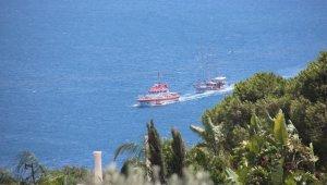 Deniz ortasında kalan tur teknesini Kıyı Emniyeti kurtardı